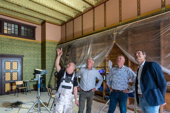vlnr Michiel van der Laar, Hans Bulsink, Hans Wikkerink en Guido Geerts in de gerestaureerde stijlkamer van het Rijksarchief in de Waterstraat