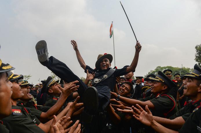Indiase cadetten vieren het behalen van hun diploma op de officiersopleiding in Chennai. Foto Arun Sankar/afp