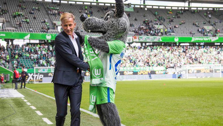 Andries Jonker met de mascotte van Wolfsburg Beeld anp