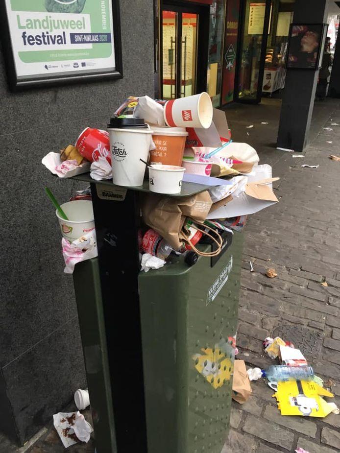 Overvolle vuilnisbak aan het einde van de dag.