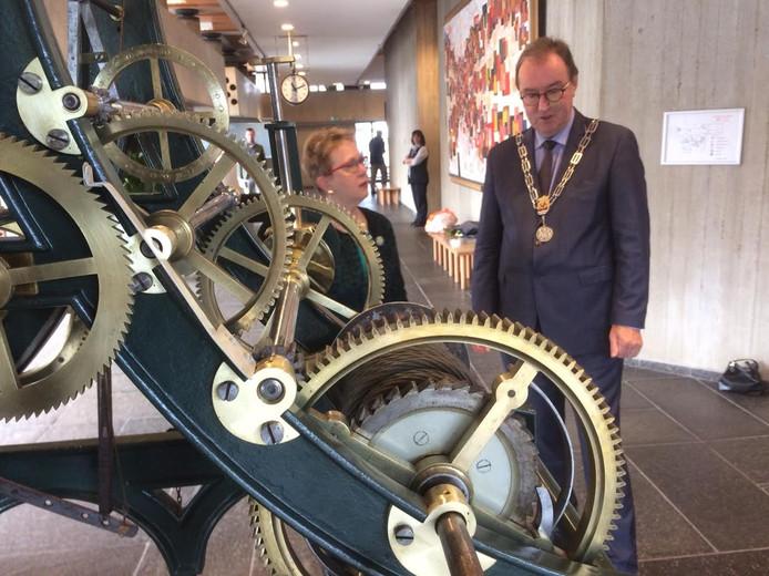 Mien Wijffels en burgemeester Lonink kijken hoe de klok de uren slaat.