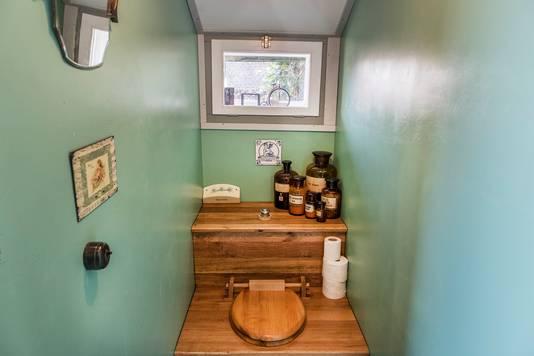 Theodoor Peters bouwde een nieuw toilet dat precies past in de stijl van de tijd waarin de smederij begin vorige jaar werd gebouwd in Ven-Zelderheide.