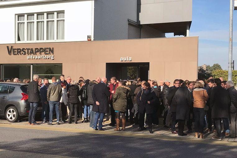 Een lange rij familie en vrienden aan het funerarium in Lichtaart.