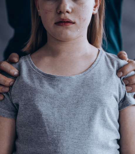 Meisje van 13 honderden keren verkracht, acht mannen voor de rechter
