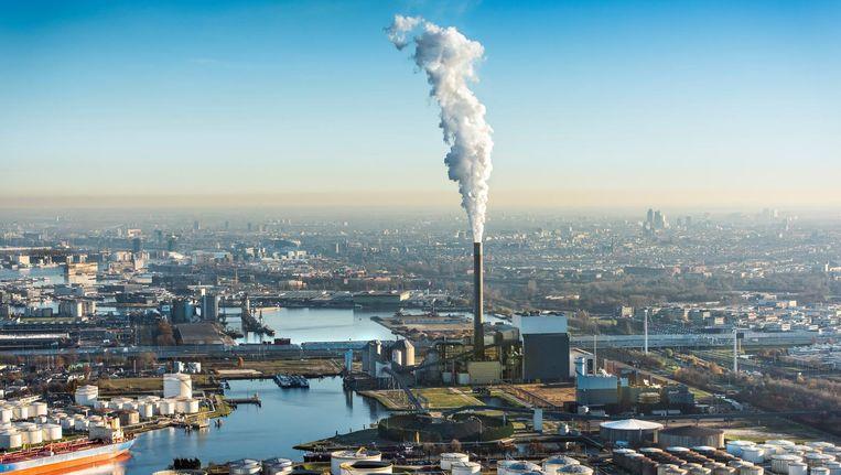 Rokende schoorsteen van de Nuon energie kolencentrale aan de Hemweg in het Westelijk havengebied Beeld ANP