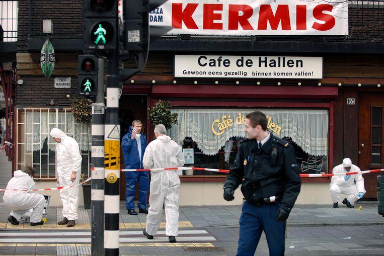 Sporenonderzoek bij het Amsterdamse Café de Hallen, waar café-eigenaar Thomas van der Bijl april 2006 werd doodgeschoten.  Beeld Joost van den Broek
