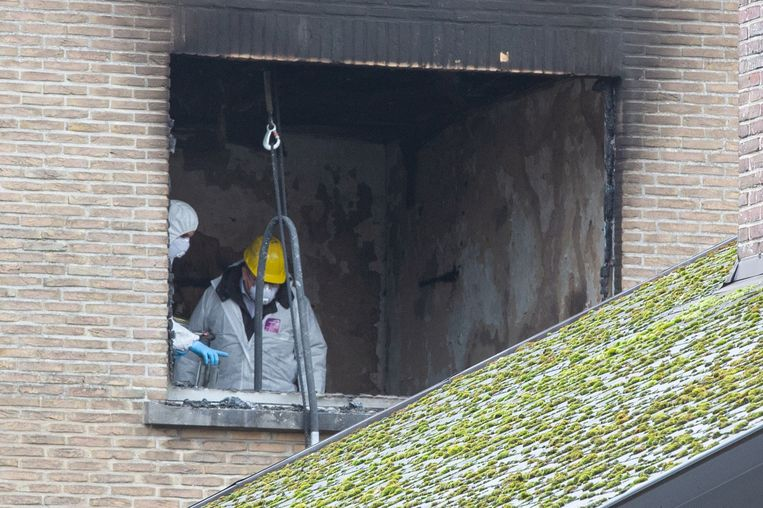 De branddeskundige en een medewerker van het labo voeren onderzoek in het getroffen appartement.