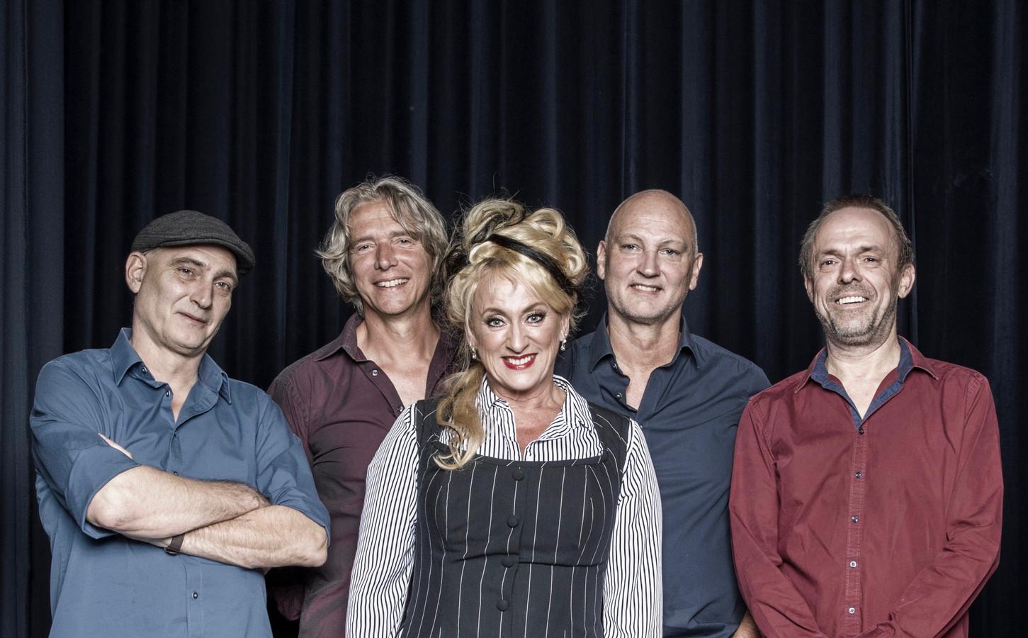 Karin Bloemen en de Old School Band van haar man Marnix Busstra (rechts naast haar), bijten het spits af in de concertreeks   Tor on Tour in Theater Mystiek in Enschede.