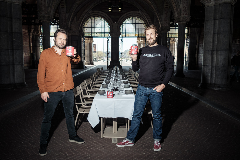 Samuel Levie (links) en Joris Bijdendijk met hun Vrijheidsmaaltijd-soep: veganistisch, vrij van allergenen, niet te pittig en dus voor iedereen. Beeld Jakob van Vliet