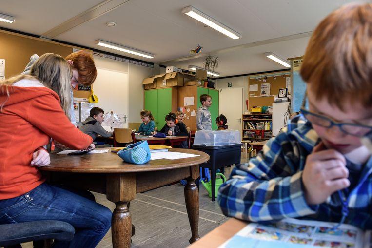Door stabiliteitsproblemen in het hoofdgebouw krijgen de leerlingen van de Appelbloesem les in containerklassen. De stad wil niet investeren in een nieuwbouw.