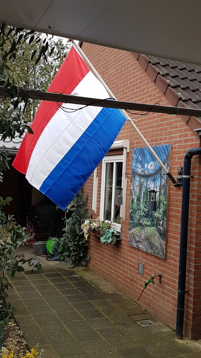 Een van de vlaggen aan het huis van Albert Verschut.