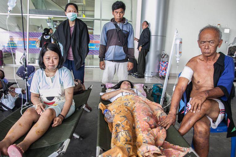 Overlevenden Astini (25), haar zus Nurma Ningsi (26) en broers  Sandy (31) en Astina (25) bij hun vader Passah (64). Hun moeder wordt na de tsunami nog altijd vermist. Een andere broer kwam bij het natuurgeweld in Sulawesi om het leven. Beeld Hollandse Hoogte / Zuma Press