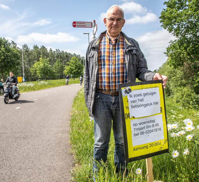 Edwin Jonkhout heeft bordjes geplaatst vlakbij de Blalobrug om getuigen op te sporen,