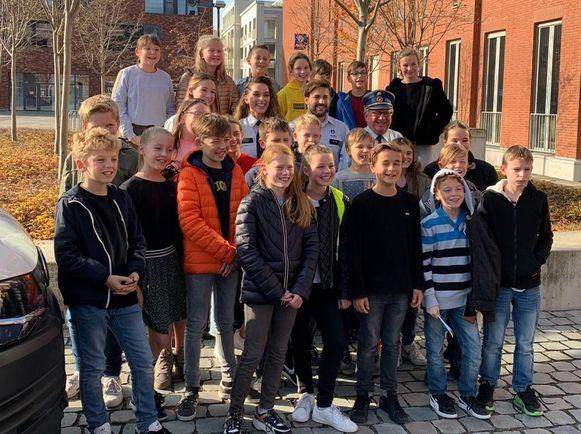 De winnaars van de 'Shine wedstrijd' met de acteurs uit De Buurtpolitie.