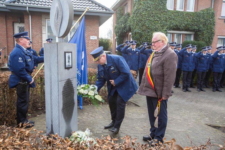 Korpschef Mark Crispel en burgemeester Hugo Vandaele leggen bloemen neer bij het herdenkingsmonument voor agente Kitty Van Nieuwenhuysen.