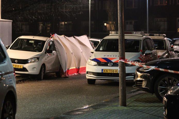 Politie aan de Hampshire in Hengelo waar afgelopen nacht een vrouw is doodgestoken.