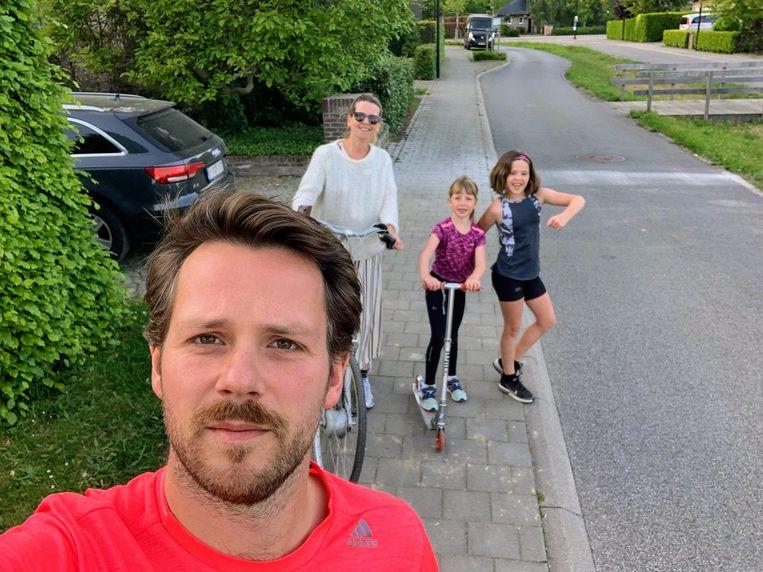 Wim Smout tijdens de  'Quarantine Backyard Ultra' door Hove, met zijn vrouw en kinderen.