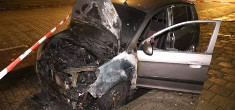 Geparkeerde auto brandt uit in Arnhem, mogelijk aangestoken
