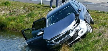 Auto belandt na ongeluk in vijver Haaksbergen