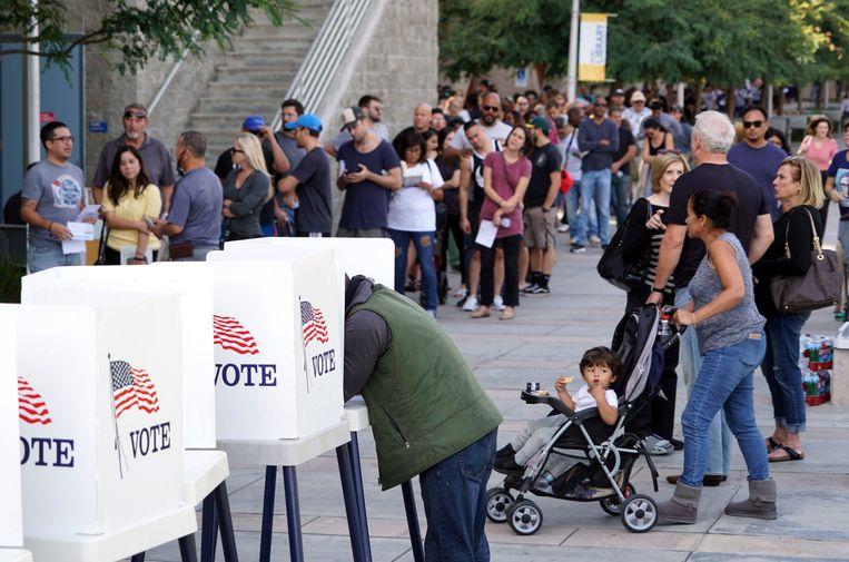 Kiezer tekent stembiljet bij vroegtijdige stemlocatie op West Los Angeles College in Culver City. Beeld EPA