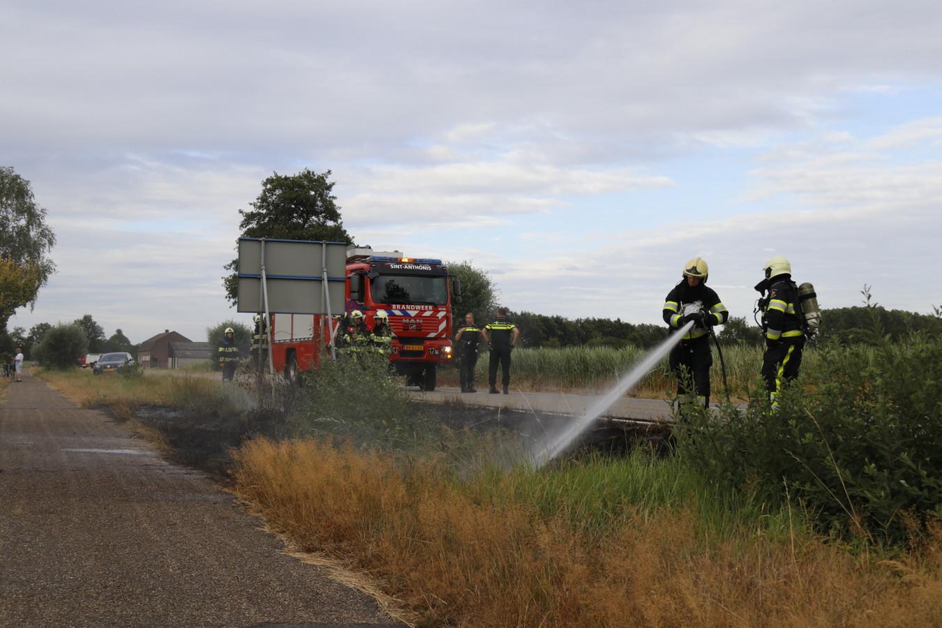De brandweer is zondagavond druk met het blussen van bermbrandjes langs de N272 en de A73.