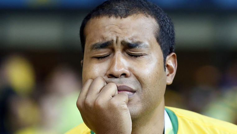 Een Braziliaanse supporter treurt om de wanprestatie van zijn team. Beeld epa