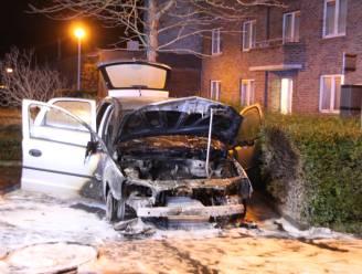 Geparkeerde auto gaat in vlammen op in Kortrijk