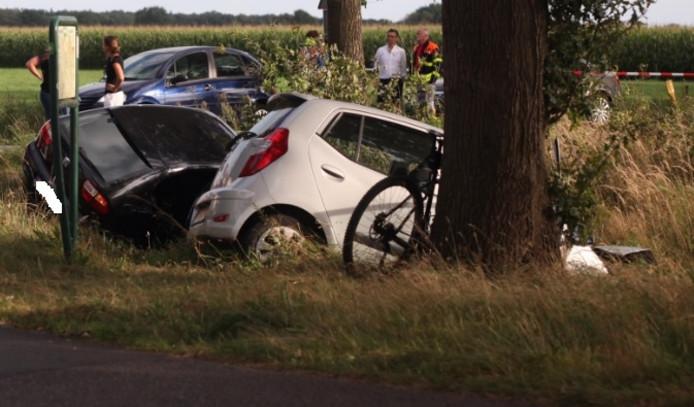 De twee auto's belandden in de sloot na de botsing op de Oude Bredasebaan in Chaam.