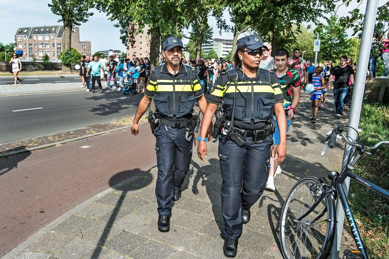 Agenten op straat in Den Haag. Beeld Guus Dubbelman / de Volkskrant