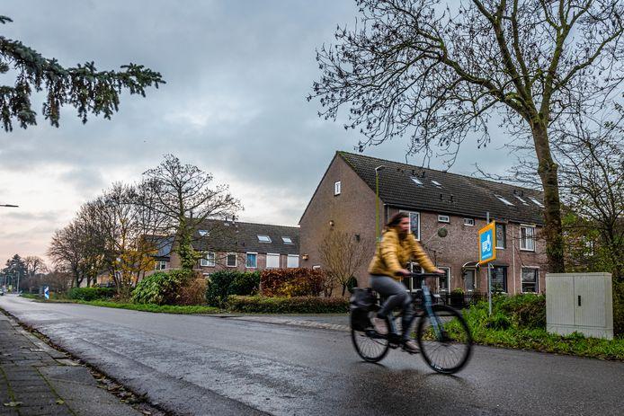Een fietsster passeert de kruising Spoorlaan/Bennink Boltstraat in Zwammerdam. Daar vlakbij moet het nieuwe dorpshuis komen. Zo'n 20 toekomstige omwonenden zijn tegen.