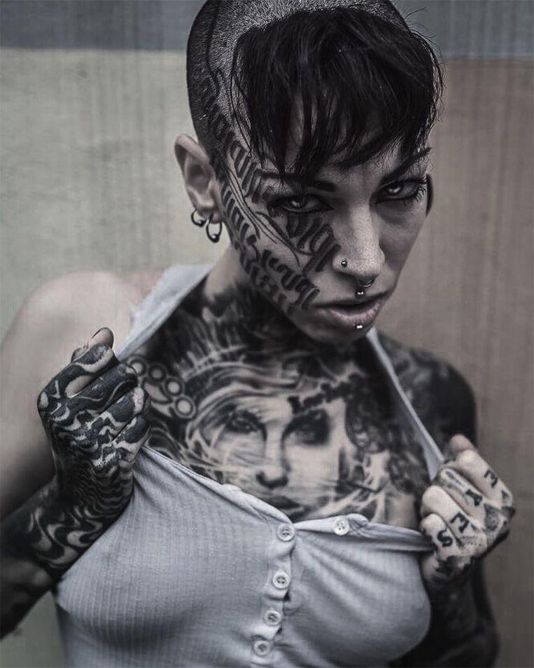 Het lichaam van deze Britse tatoeëerder staat vol met tekeningen, maar die wil ze nu bedekken met een zwart laagje.