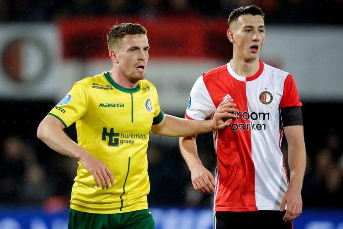 Wessel Dammers (l) houdt Feyenoord-spits Robert Bozenik van zich af.