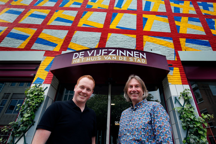 Mikka Körner (links) en Teus van der Stelt (rechts) voor theater De Vijfzinnen in Gorinchem.