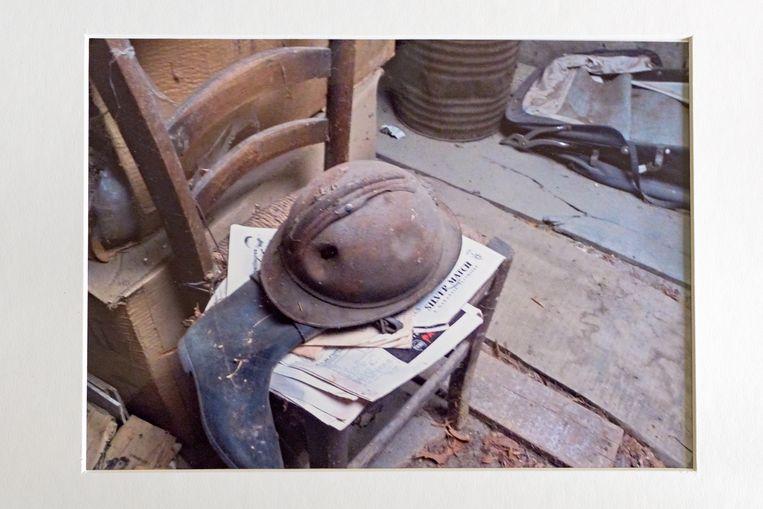 Tussen het stof en spinrag op de zolder van Lionel Vincent vond Mies Haage de beschadigde helm van César. Op 30 september 1915 beschreef hij in een lange brief aan zijn moeder de gevechten waarbij zijn helm gedeukt raakte: 'We brengen de nacht door in onze stellingen. De volgende dag beginnen de gevechten opnieuw. Rond het middaguur is er een vijandelijke tegenaanval. (…) Het regent granaatscherven, opnieuw gifgas, de scherven fluiten overal om ons heen. Eén scherf maakt een gat in m'n helm, maar ik heb zelf niet meer dan een schram. Uiteindelijk is onze positie onhoudbaar en moeten we ons terugtrekken.' Beeld Sas Schilten