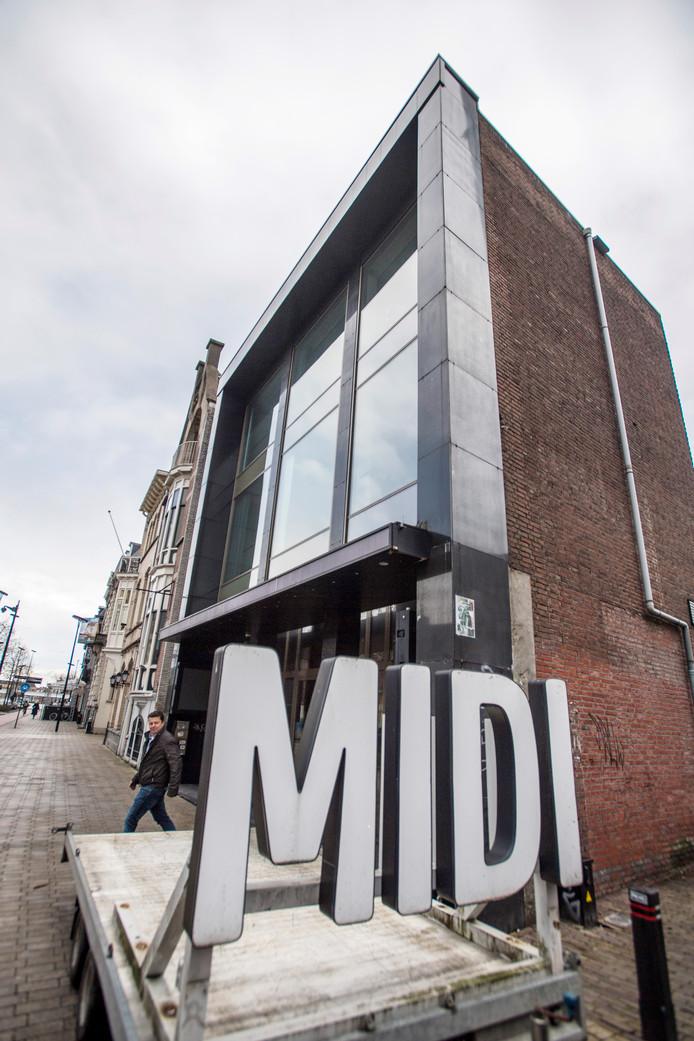 De MIDI-letters worden van het gebouw gehaald.