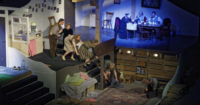 Een scène uit Granaatweken, het theaterstuk van Theatergroep Wildeman uit Schijndel.