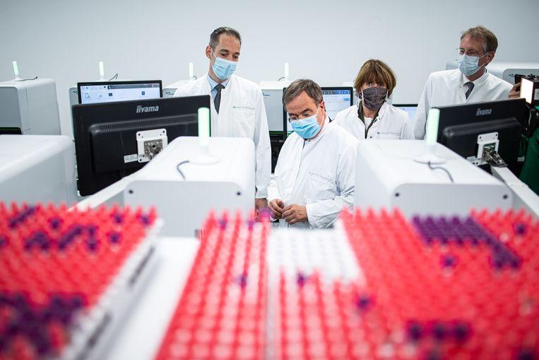 Een bezoek aan het grote Wisplinghoff-lab in Keulen door de minister president van Noordrijn-Westfalen. Beeld EPA