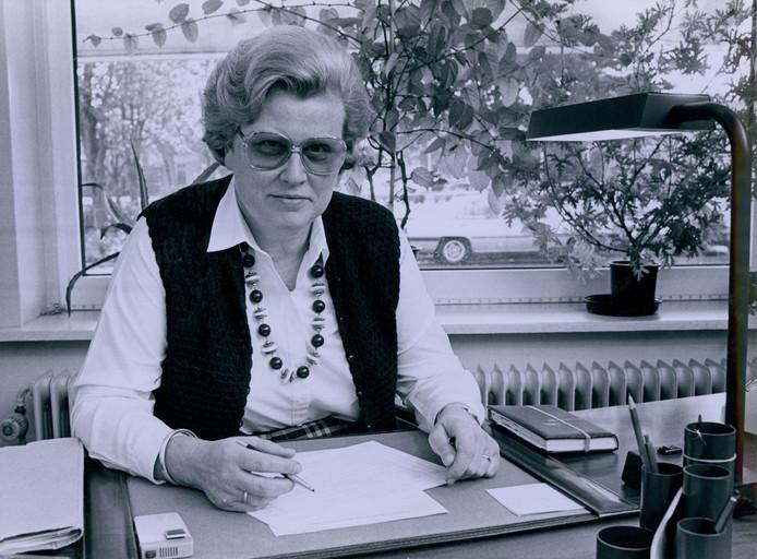 Lidy Scholten-Blömer op haar werkplek in 1996.