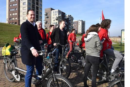 Lodewijk Asscher van de PvdA fietst met jonge PvdA-leden naar Mook. In het kader van de campagne en aandacht voor de Maaslijn.