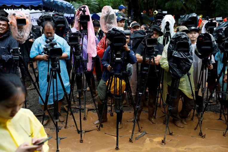 De verzamelde wereldpers wacht voor de persconferentie aan de Thaise grotten.