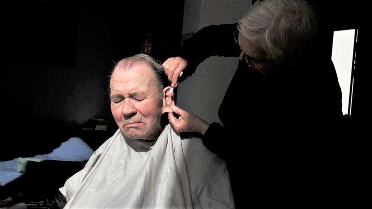 In een beeld uit de documentaire 'Punt uit' knipt filmmaker Rosemarie Blank de haren van haar partner Michael Hellgardt. Beeld Casa film