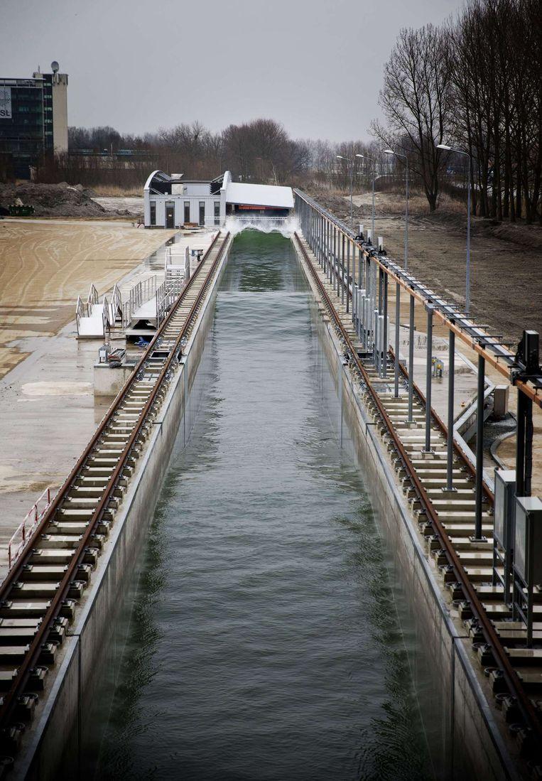De Deltagoot is 300 meter lang, kan 9 miljoen liter water bevatten en golven tot 5 meter hoog maken.