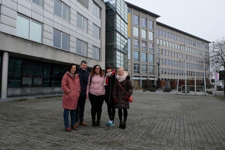 Schepen Gabriella De Francesco, burgemeester Bart Somers en drie vrijwilligers van Welcome in Mechelen voor het toekomstige opvangcentrum.