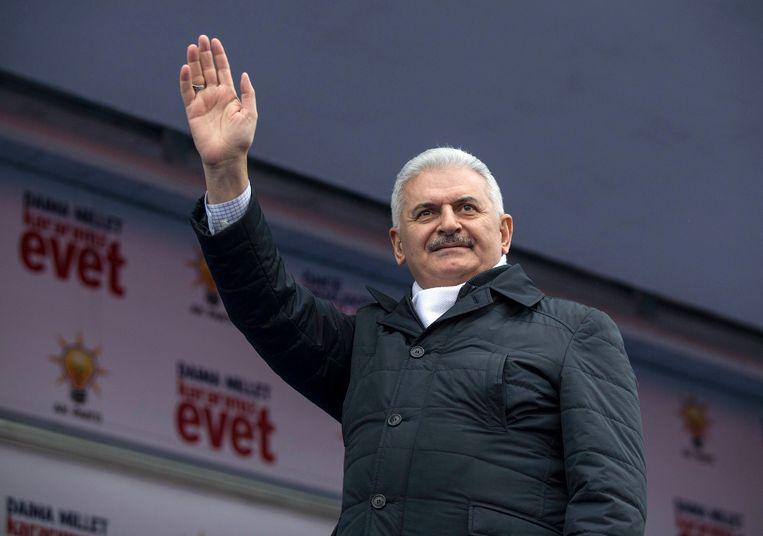 De Turkse premier Yildirim zwaait naar supporters tijdens een bijeenkomst in het kader van het referendum in april. Beeld epa