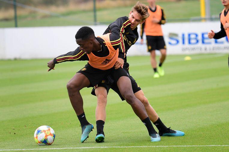 Dewaele en Lokonga strijden om de bal op training.