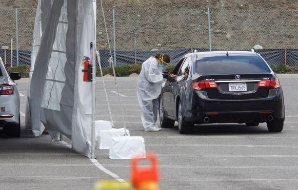 Automobilisten wachten bij een drive-in coronatestlocatie in Westminster, Californië (08/04/2020)