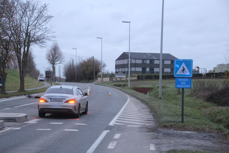 De aanrijding gebeurde op de fietsoversteekplaats vlak bij het kruispunt Vier Wegen in Schendelbeke.