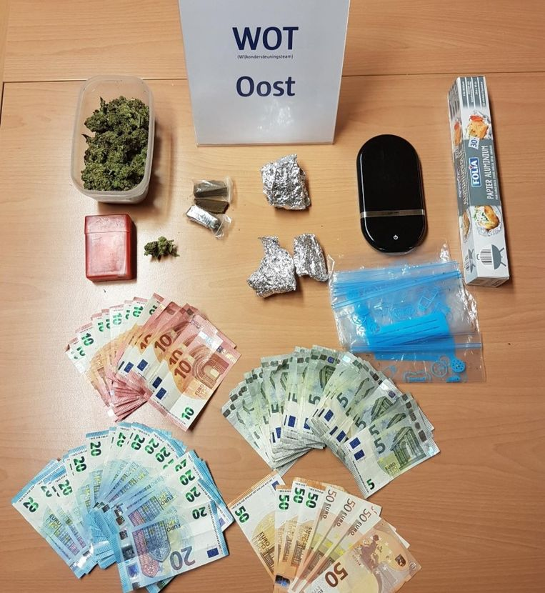 De in beslag genomen drugs en geld bij de huiszoeking in Deurne.