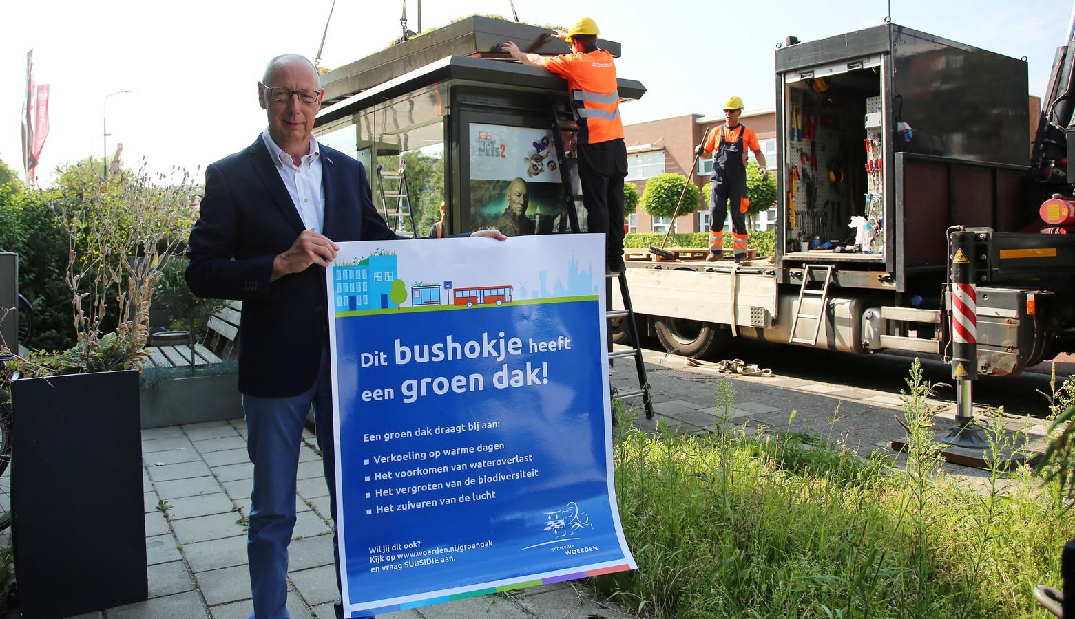 De Woerdense wethouder Arthur Bolderdijk maakt graag reclame voor de groene daken.