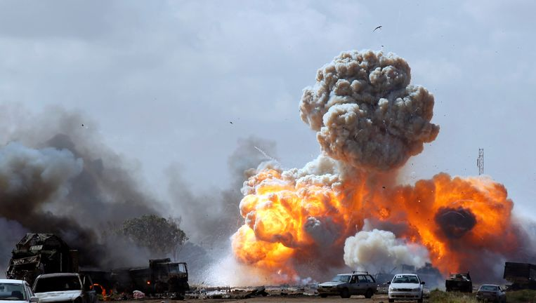 Voertuigen die behoren aan troepen die loyaal zijn aan de Libische leider Kadhafi explodeert na een luchtaanval. Beeld reuters